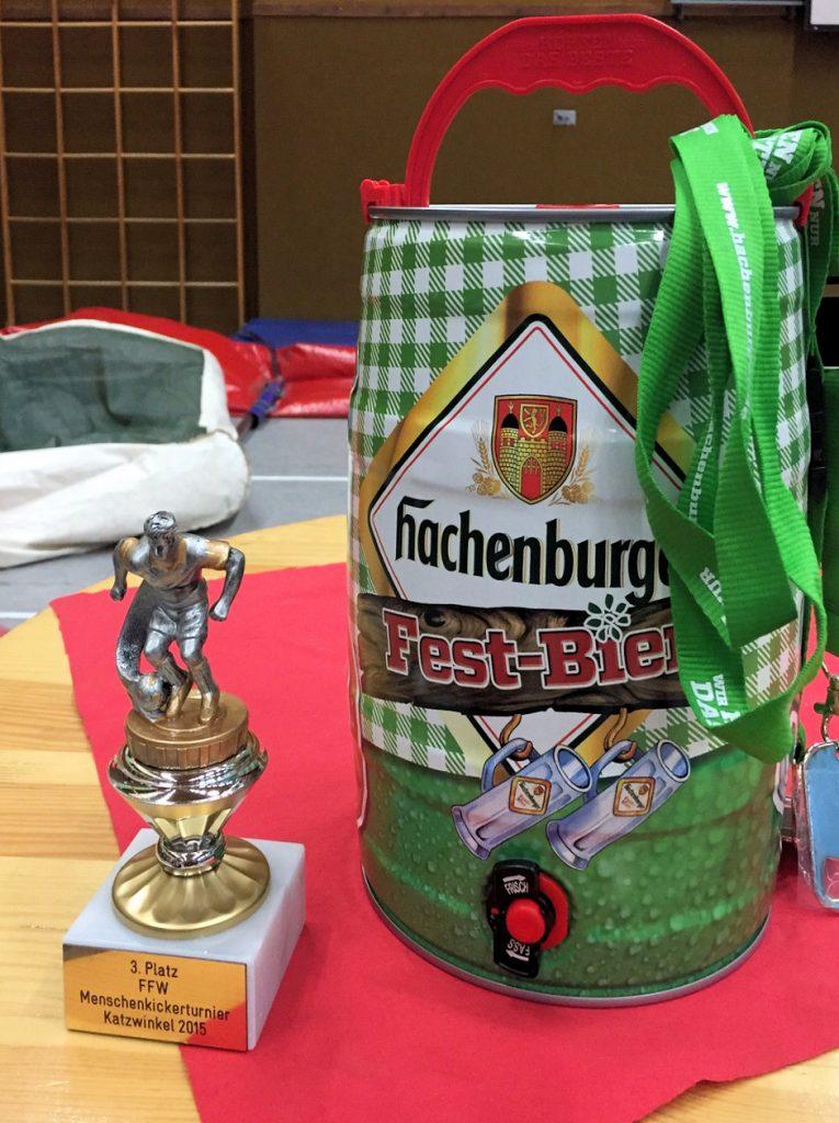 Pokal und Fässchen für das SFC-Team