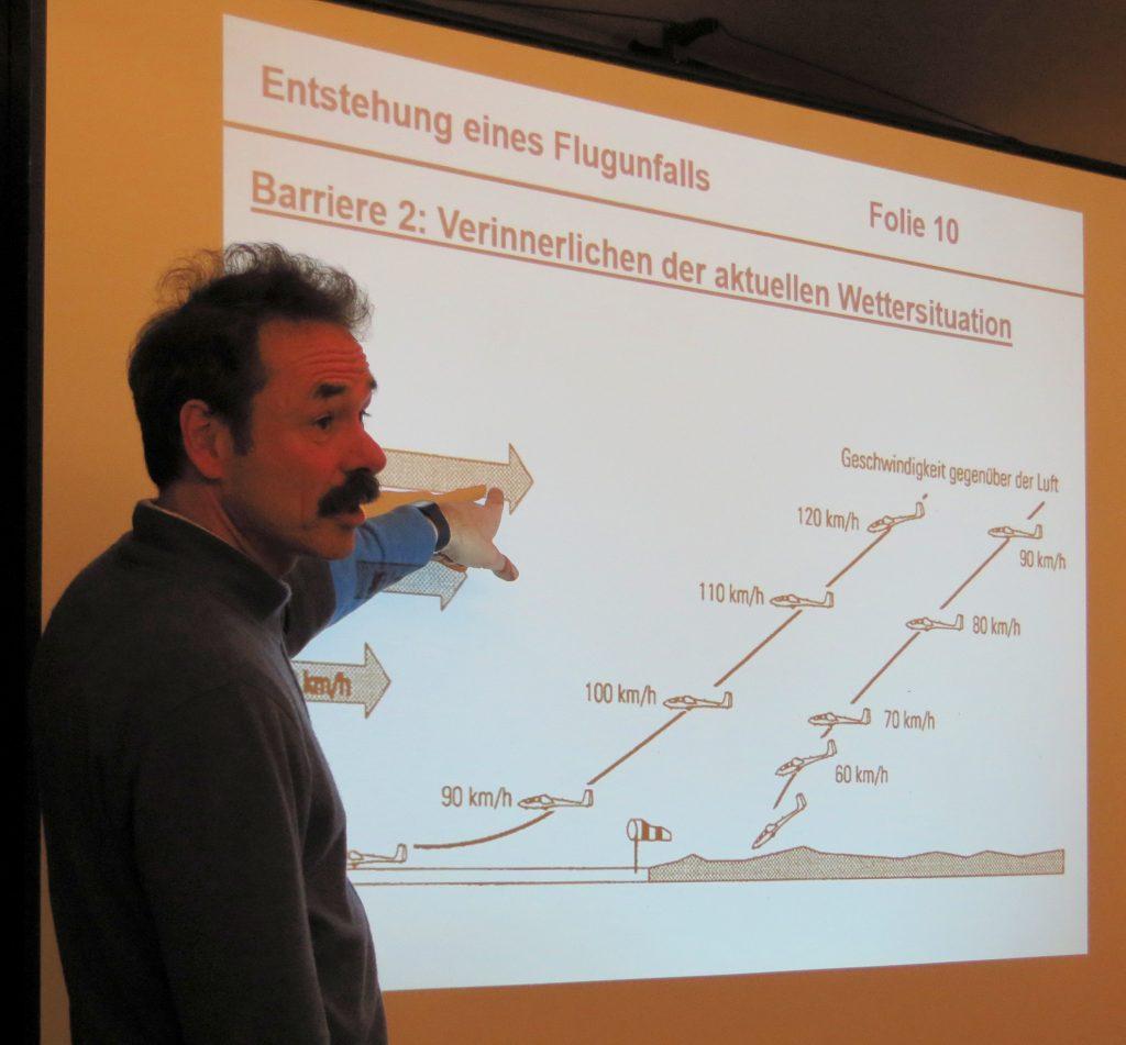 Axel Schumacher erläutert die Ursachen von Flugunfällen