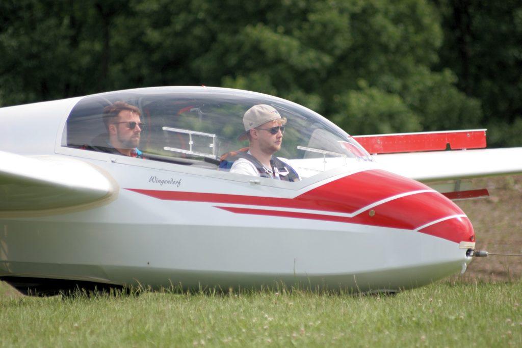 Fluglehrer und Schnupperpilot sind voll konzentriert beim Anschleppen zum Start