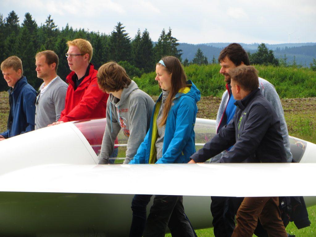 Wenn Viele anpacken, schiebt sich´s leichter - Segelfliegen ist Teamsport pur !